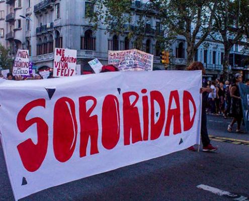 Manifestantes en una marcha de mujeres en Montevideo, 2018